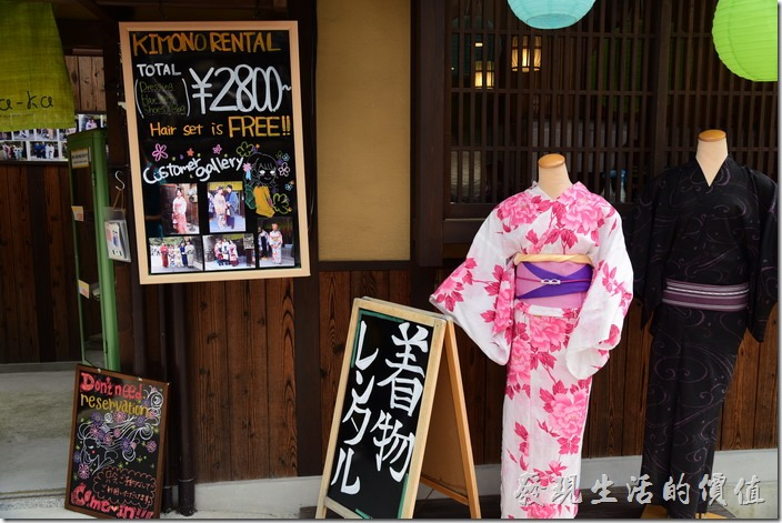 原來在清水寺的週邊就有專門幫遊客打扮穿著浴衣的商店,難怪有那麼多遊客都穿著浴衣逛清水寺。