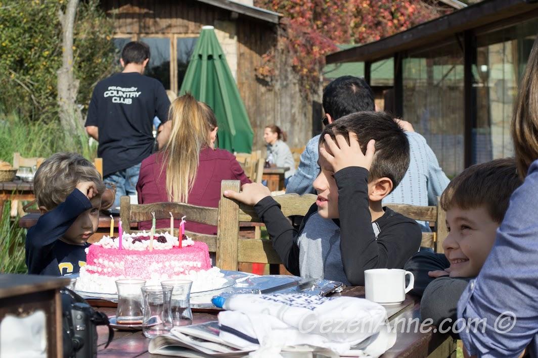 Polonezköy Piknik Park'ta doğumgünü pastamızı üflerken
