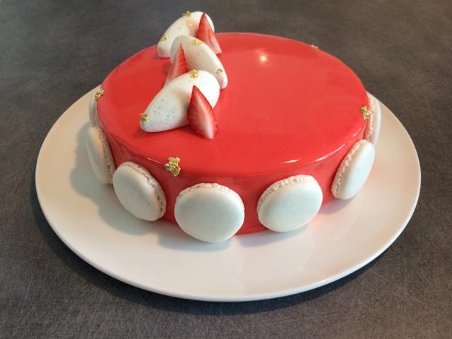 Entremets aux fraises avec biscuit joconde, crémeux fraise et ganache montée vanille