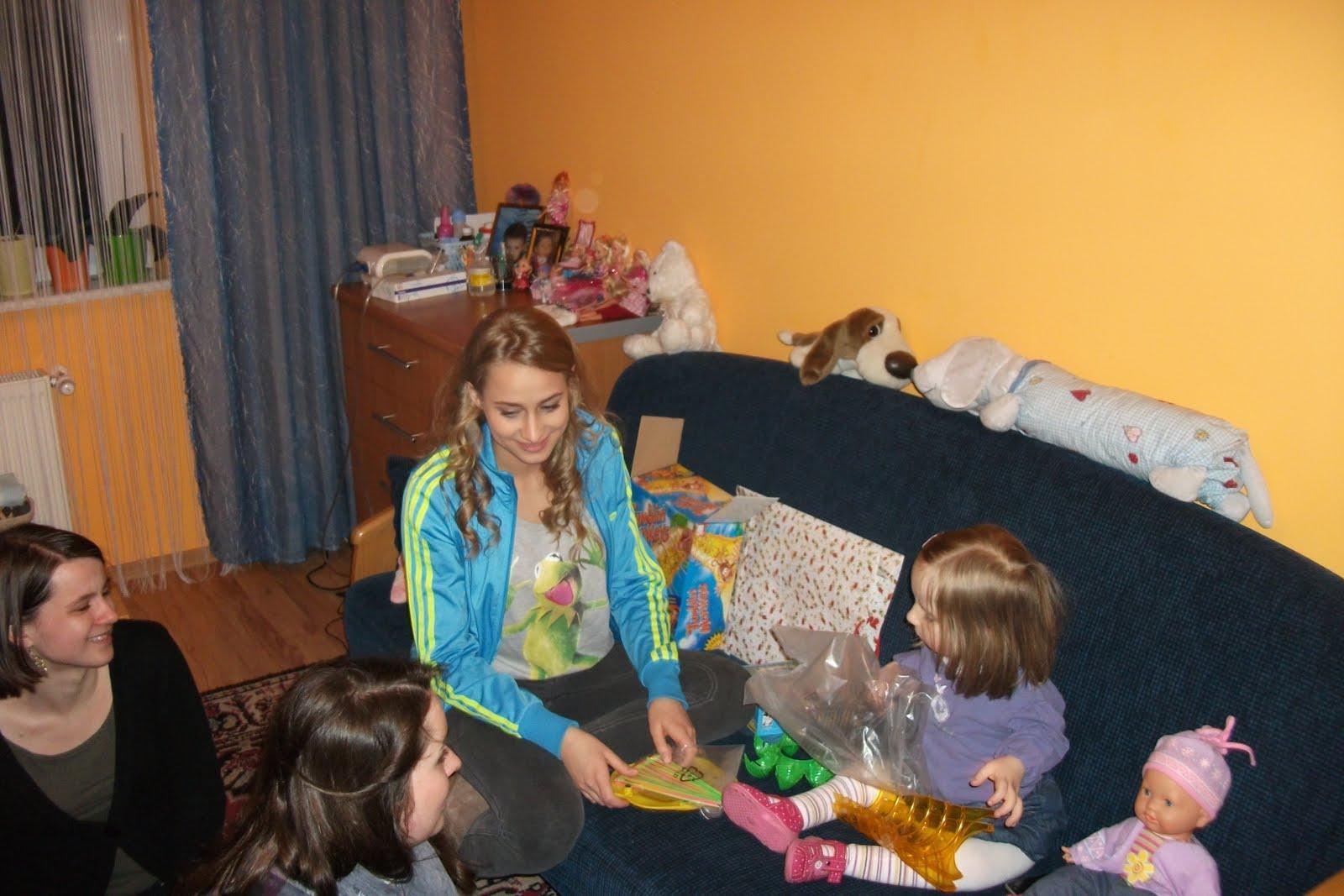 Julka Rosnowska ( serialowa Julia) wspólnie z wolontariuszami MHD odwiedziła w niedzielny wieczór Gabrysię i jej rodzinę. Obie Panie wystąpiły razem w spocie promującym kampanię Pomóż Budować