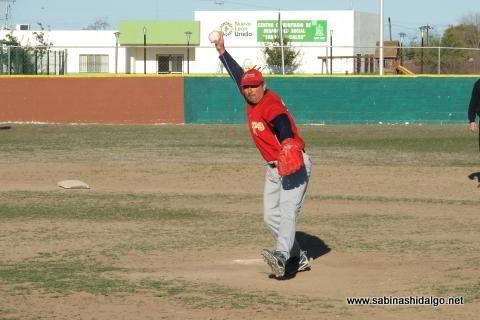 Amaniel Sanchez de Maypa Trucking en el softbol sabatino