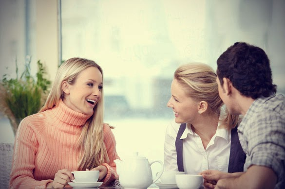 friends chatting in coffee shop 12 mẹo hay trong giao tiếp xã giao