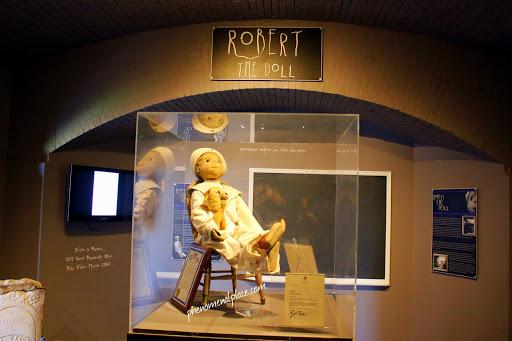 Muñeco Robert en su vitrina en el Museo