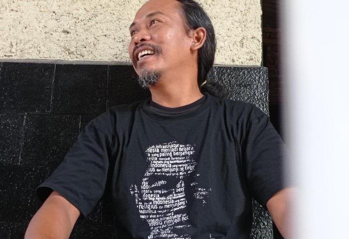 Ini Sosok Pria yang Terjun ke Selokan Demi Dapatkan Kaos Jokowi