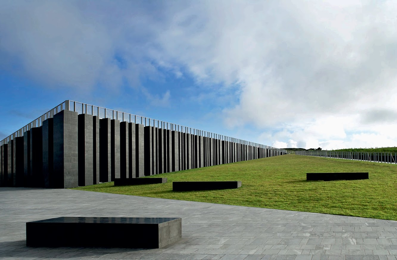 Antrim, Distretto di Antrim, Regno Unito: GIANT'S Causeway Visitor Centre by Heneghan Peng Architects
