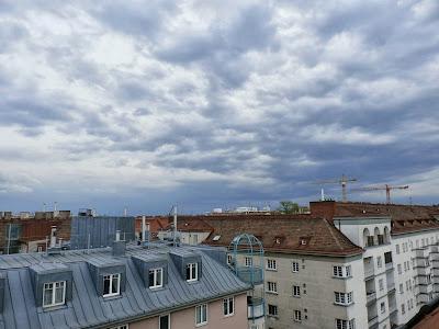 Die Gewitter sind nun weitergezogen und haben Wien komplett ausgelassen. Richtung Osten sieht man noch die Gewitterlinie. Es ist derzeit immer noch warm mit 21.1°C #Wetter  #Wien #Kaltfrontdurchgang