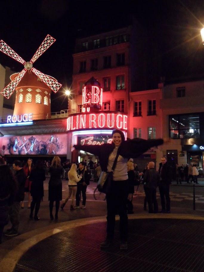 Moulin Rouge önünde
