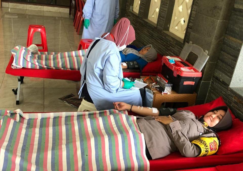 Peduli Kemanusiaan, Anggota Polsek Dawuan Briptu Ike Nur Rohmah Ikuti Donor Darah