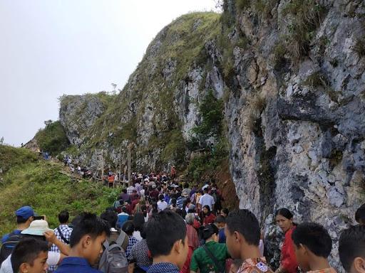 FOTO: Jalan Salib, Sekitar 3000 Umat Katolik Ziarah ke Goa Maria Burake