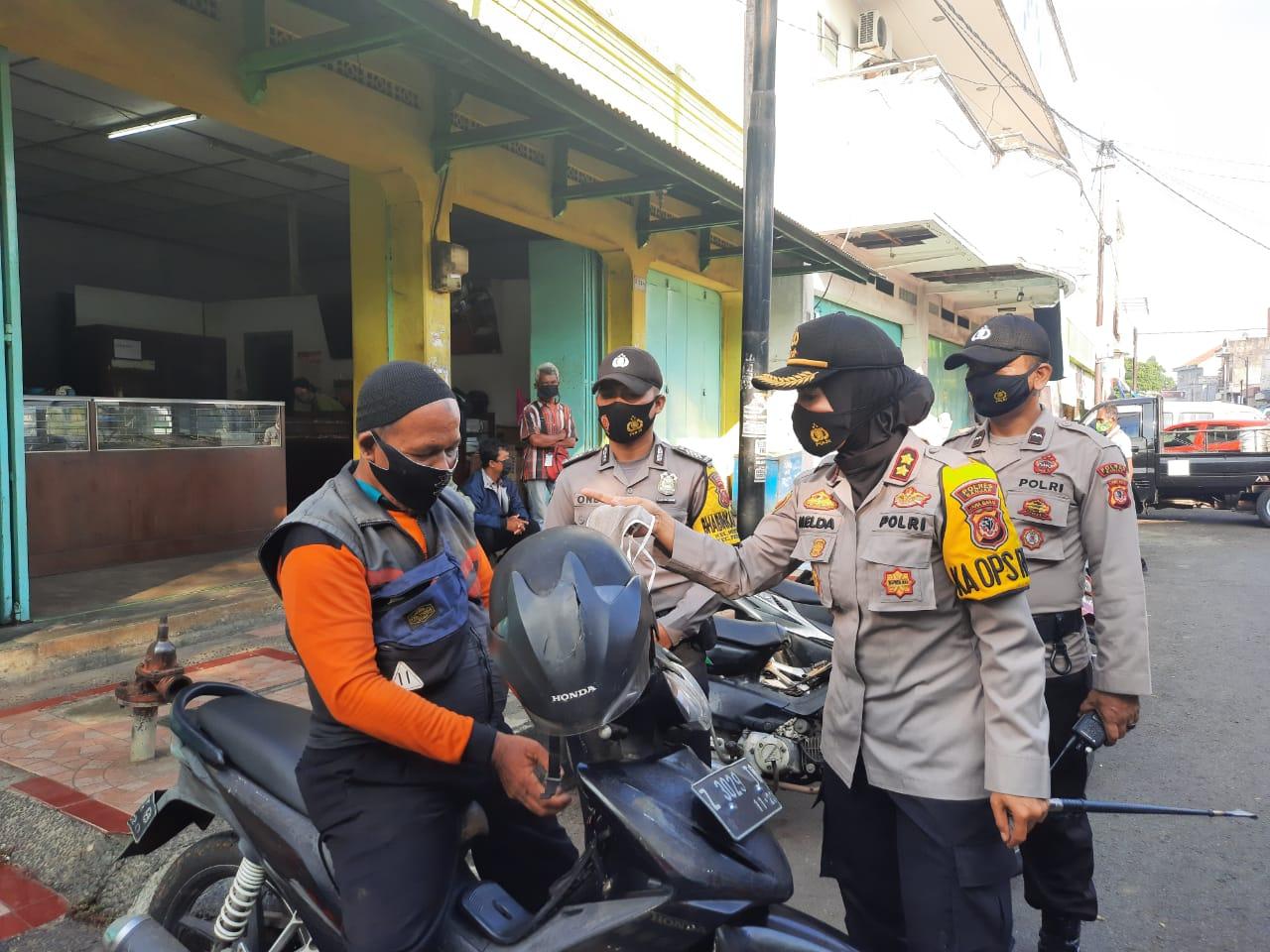 Kapolres Banjar Polda Jabar Berjalan Kaki di Pasar Guna Sosialisasikan Prokes