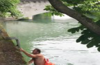 In order to avoid heavy traffic This Man swims every day to work