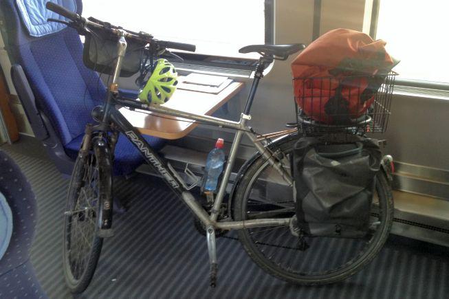 Panther Dominance Trekking-Bike zwischen Sitzen im InterCity