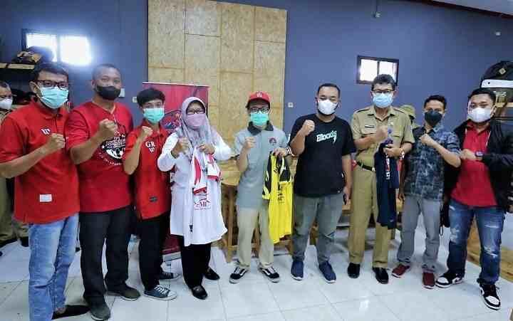 Dukung Laga Persekat, Bupati Tegal Borong Puluhan Jersey dan Kaos Supporter