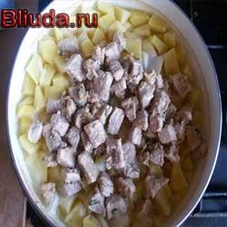 Мясо выкладывается к картофелю