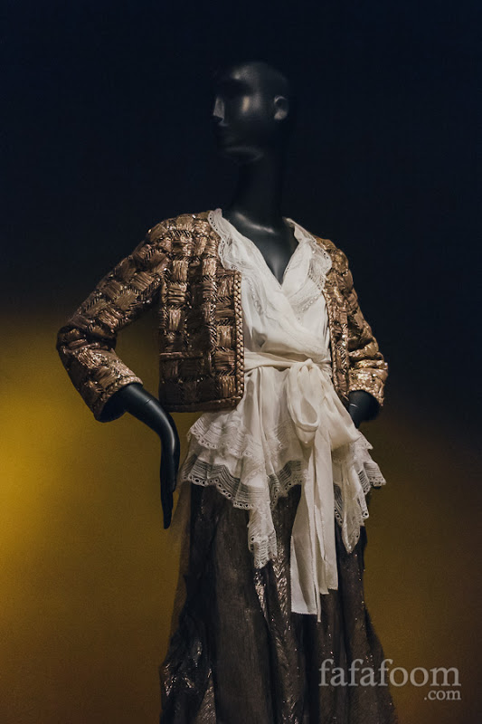 Oscar de la Renta, Evening ensemble: jacket, blouse, and skirt, Pre-Fall 2011.