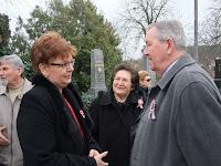 39Régi bajtársak Pogány Erzsébet, Balkó Ferenc és felesége a nyitrai temetőben.JPG