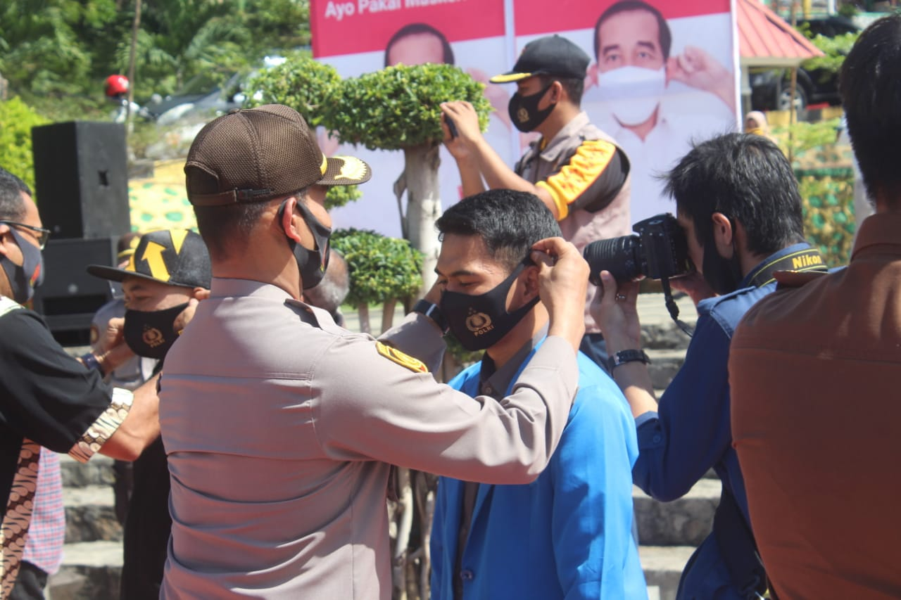 Polres Soppeng dengan jajaran Polsek bagi masker sebanyak 52.000