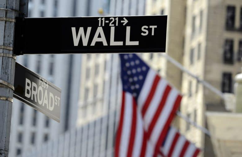 Photo indiquant le panneau Wall Street, la célèbre bourse de New York.