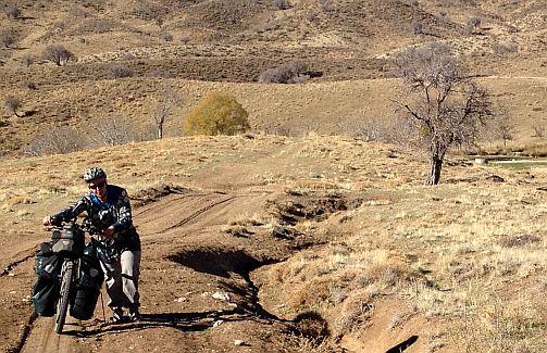 Miri schiebt ihr Rad zurück zur Straße, bei Molabaloot, Sepidan-Ardekan, Iran