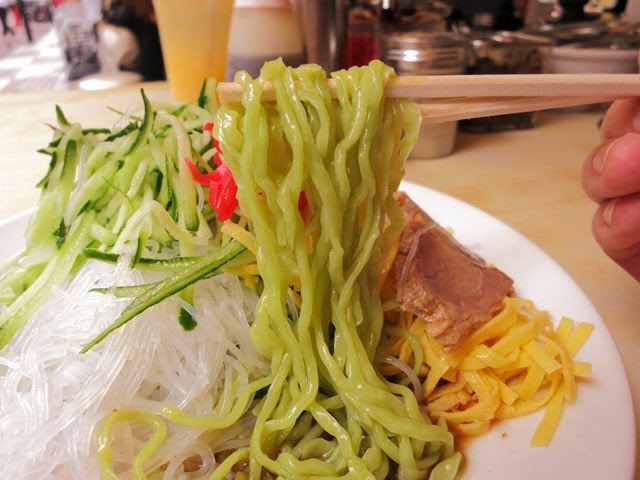 プリプリの緑色の麺