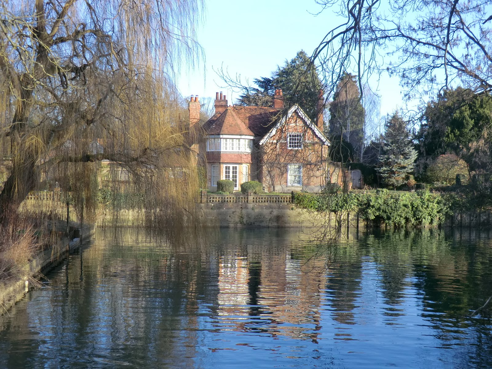 CIMG6681 Riverside house near Goring Mill