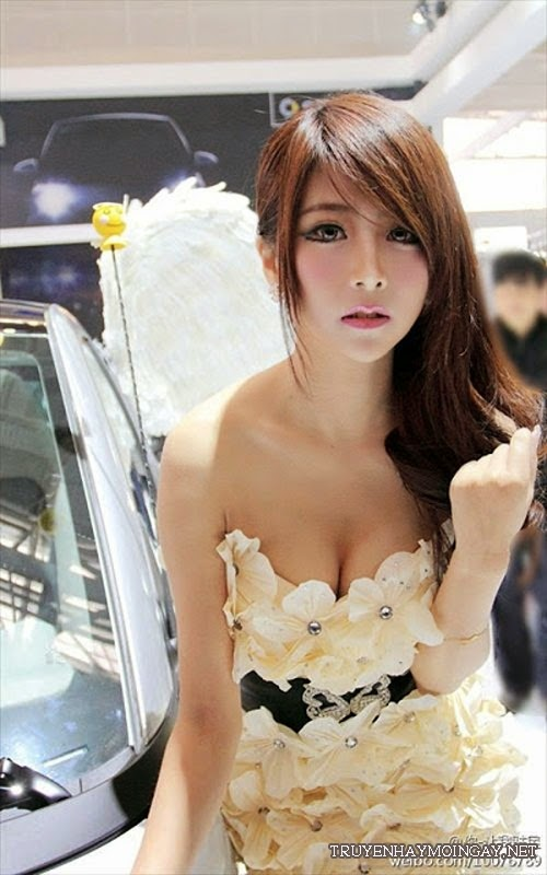 Búp bê Trung Quốc cực sexy bên siêu xe