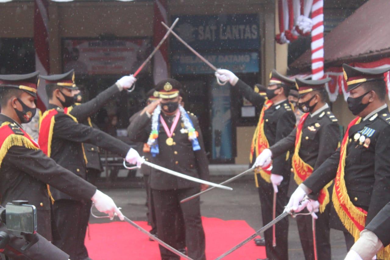 Lepas Purnawirawan, Polres Soppeng Gelar Tradisi Pedang Pora