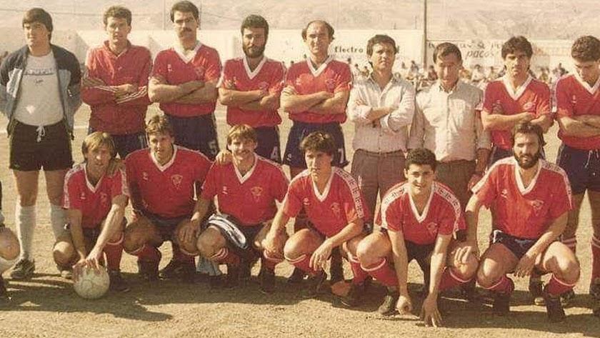 La foto tiene 40 años con Amat presidente del CD Roquetas.