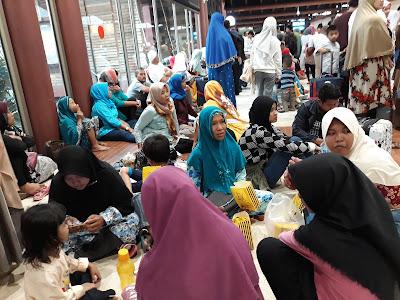 Inilah Penampakan Keluarga Jammah Umroh Asal Karawang Yang Terlantar di Bandara Soeta Jakarta