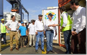 En el puerto principal de Santa Marta, el Presidente Juan Manuel Santos participó en el embarque de café de exportación que fue cultivado en tierras restituidas a víctimas del conflicto.