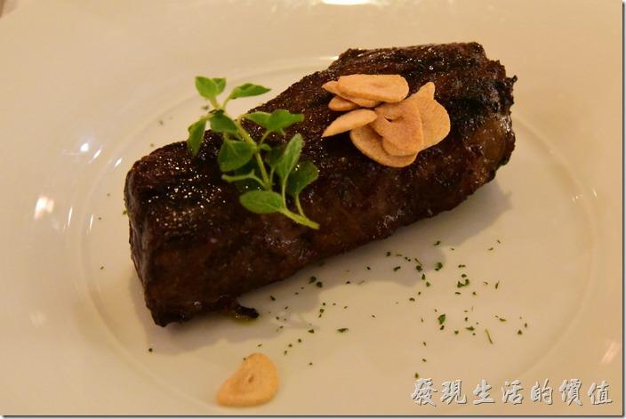 台南-轉角餐廳龍蝦餐廳。主餐,碳烤無骨牛小排(8oz),感覺非常的厚實,但怎麼外表有點黑,不過可別被外表騙了。