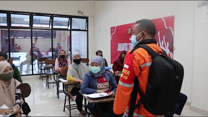 Hindari Kerumunan, Relawan Senkom Bantu Polri di Hari Pertama Vaksin Merdeka