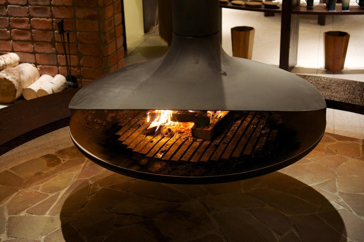 ラウンジのスタイリッシュな暖炉