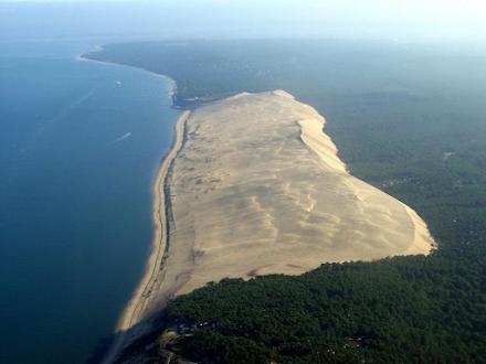 Κινούμενο βουνό από άμμο καταπίνει σπίτια και δρόμους σε ακτή της Γαλλίας