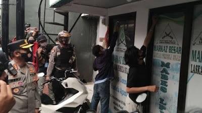 Aparat TNI-Polri mencopot atribut di markas FPI Petamburan, Jakarta Pusat, Rabu (30/12/2020).