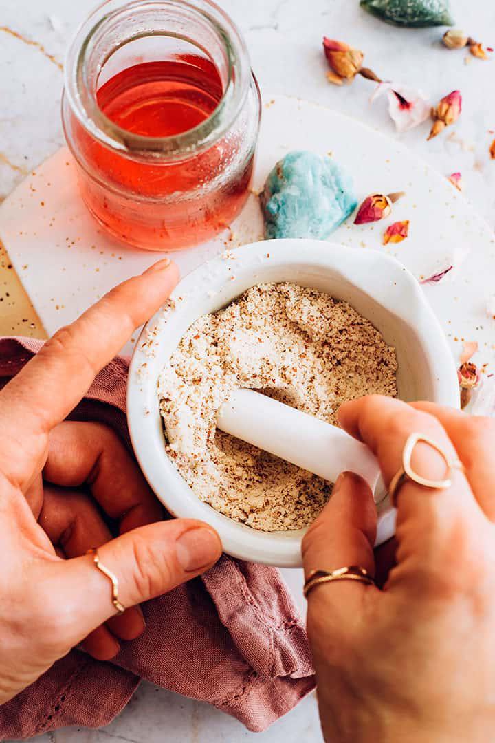 Trộn hạnh nhân và bột gạo với nhau