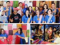 Dekranasda Sekadau Kunjungi Pengrajin Tenun Songket Sukarara