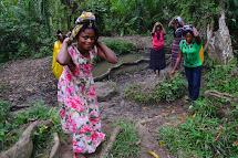 Ženy chodí pro vodu většinou k přírodním pramenům nebo přímo k řece. Samotná cesta pro vodu je daleká a pro ženu představuje riziko, protože čím dál pro vodu putuje, tím větší riziko napadení a fyzického násilí jí hrozí. (Foto: Marcela Janáčková, ČvT)