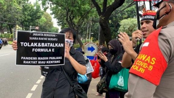 Geruduk Gedung DPRD DKI Tolak Formula E, Massa Aksi: Rakyat Perlu Makan, Bukan Balapan