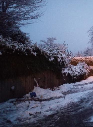 An die Wand gelehnte Schneeschippe