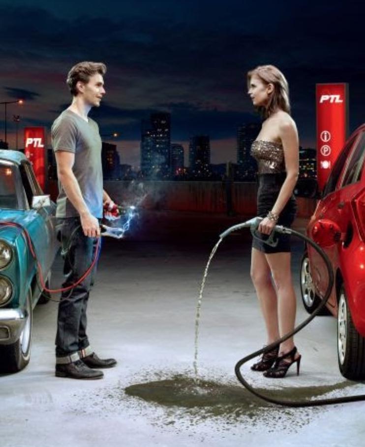 Eine Frau verbraucht an einer Tankstelle Kraftstoff Die lustigsten Bilder