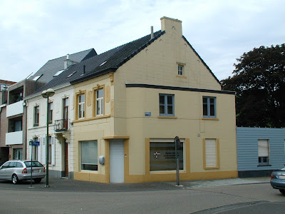 Beringen, de Kroon. Vroegere afspanning. In de 19E bepleisterd en verdeeld in twee woningen.