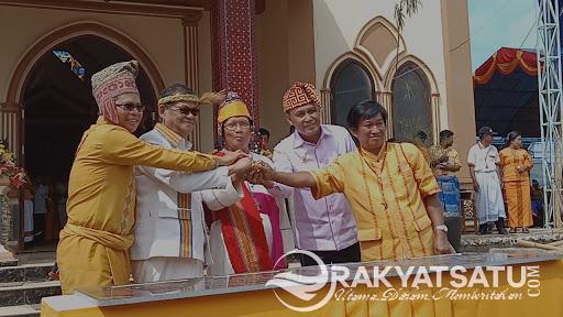Uskup Agung Makassar Bersama Bupati Tana Toraja, Tandatangani Prasasti dan Monumen 80 Tahun Baptisan Katolik di Toraja