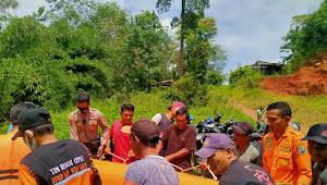 Terpeleset Saat Naik Perahu Rakit Bambu, Seorang Warga Gunung Katun Terseret Arus Sungai Umpu