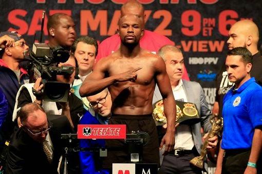 Floyd-Mayweather-Jr-poses-shirtless-weigh-in
