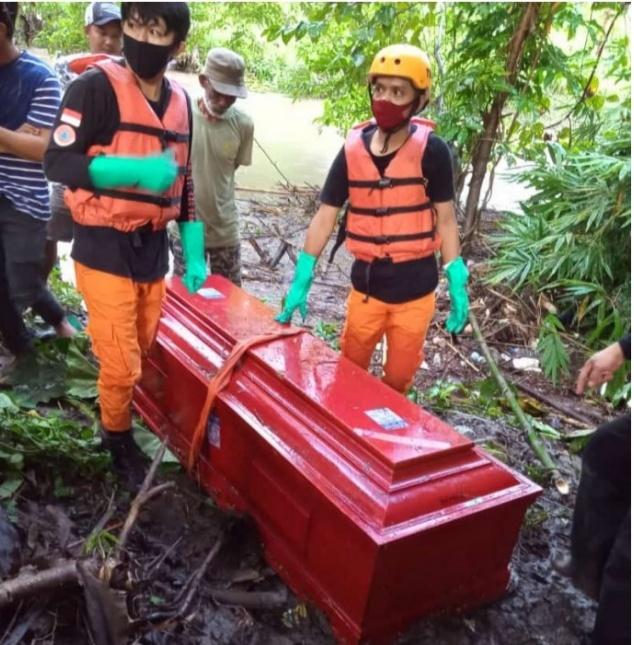 BPBD Soppeng Evakuasi Peti Mayat Yang Hanyut Disungai