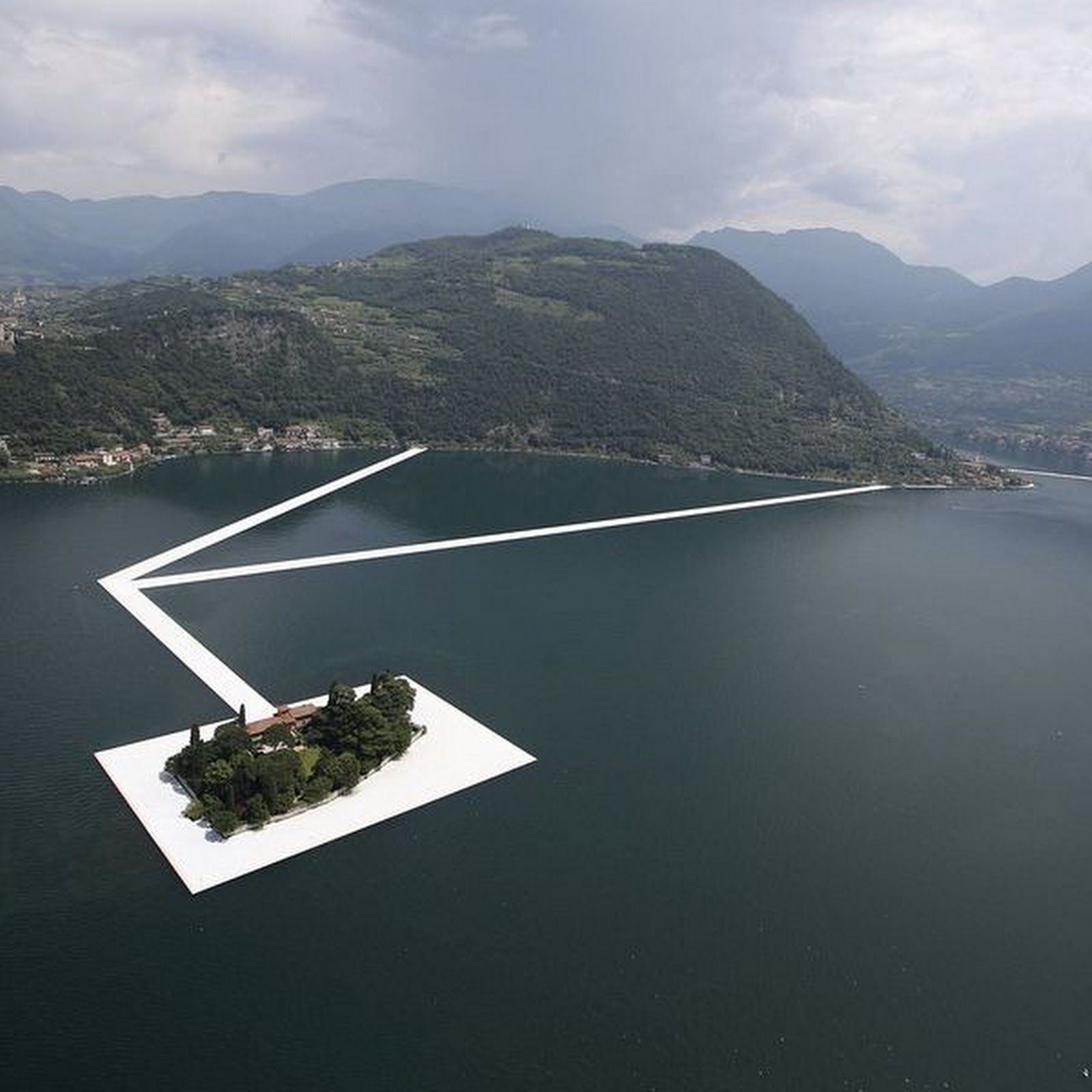 Artist Installs Floating Piers on Italian Lake
