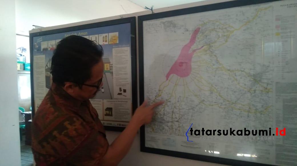 Zulkarnain Barhami tunjukan peta lokasi potensi bencana letusan Gunung Gede Pangrango