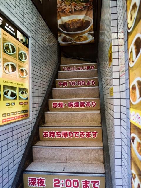 2Fの店内に向かう階段