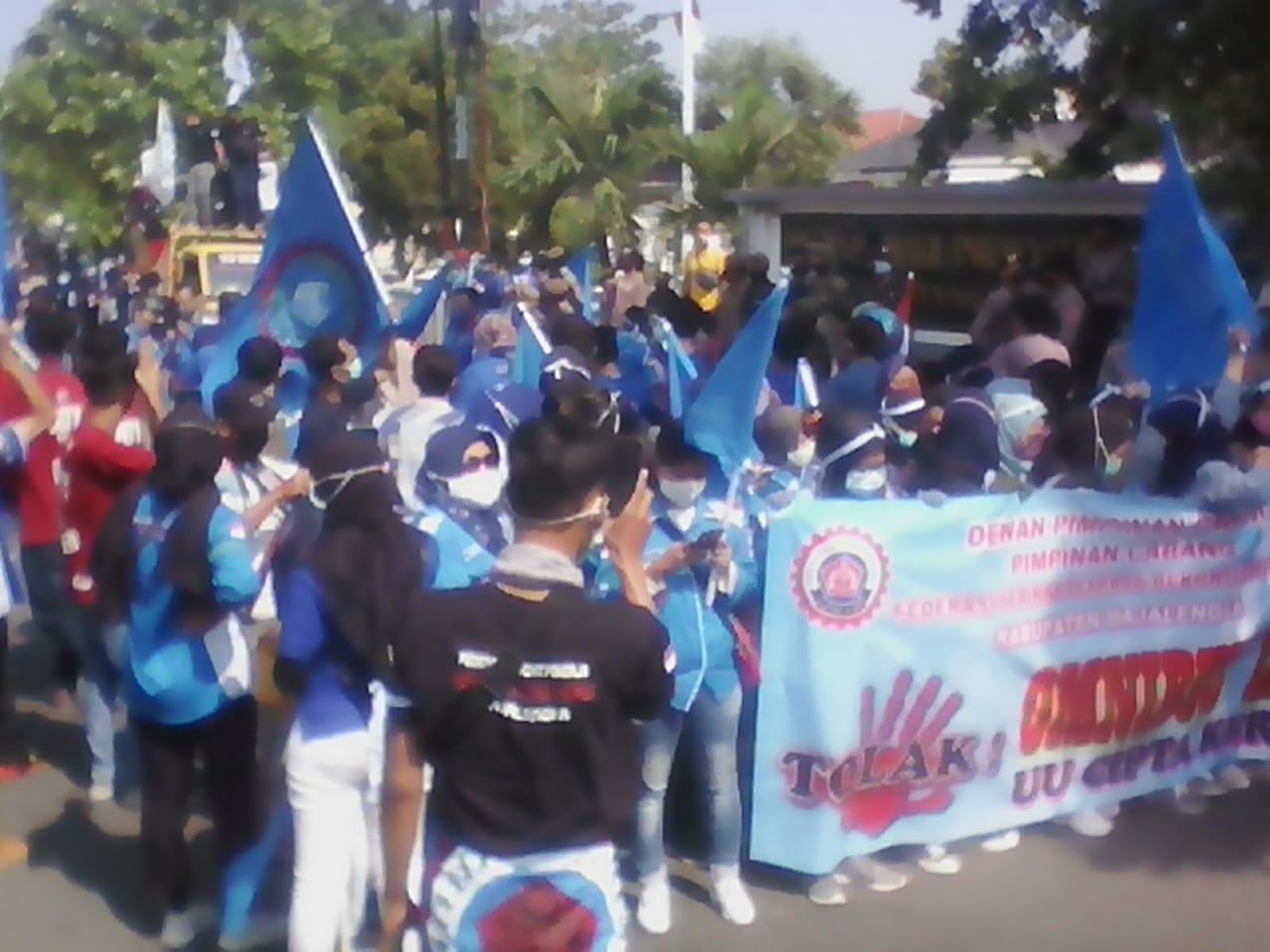 Demo Tolak Omnibus Law Ratusan Buruh Geruduk Kantor DPRD Kabupaten Majalengka
